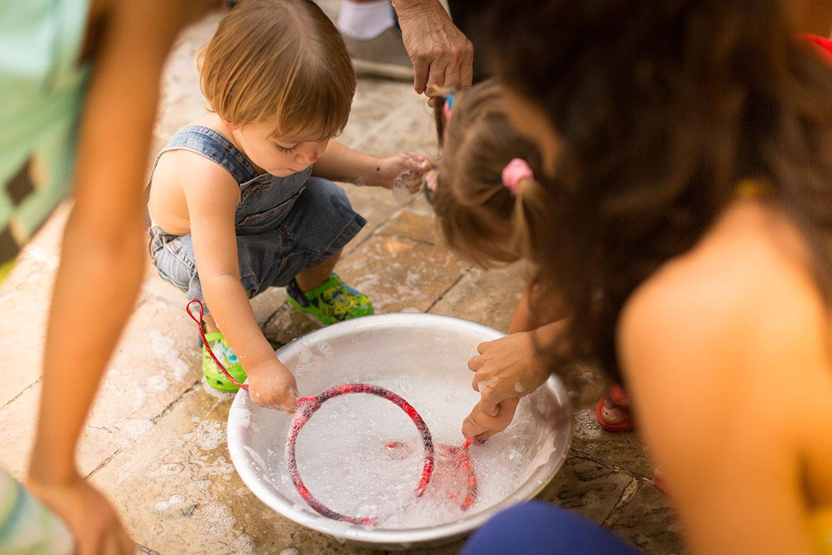 Foto de bebê brincando com bolha de sabão