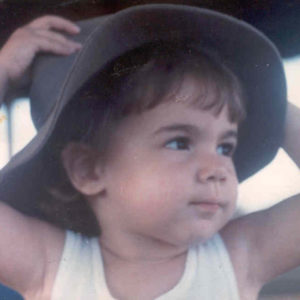 Foto da Laura Becker criança usando um chapéu